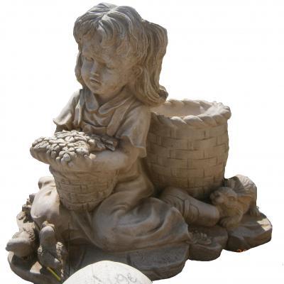 Petite fille avec son panier de fleur