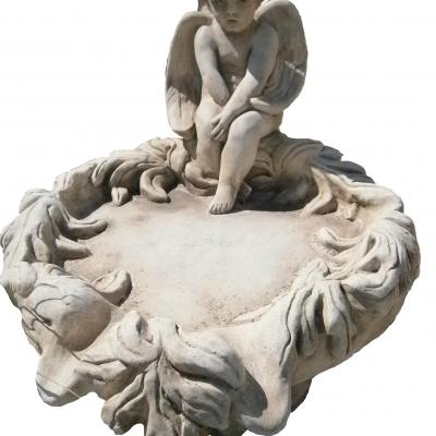 Fontaine en pierre reconstituée avec un petit ange