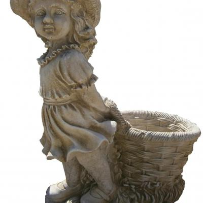 Petite paysanne avec son panier