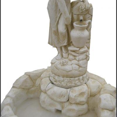 Fontaine en pierre reconstituée avec une fermière