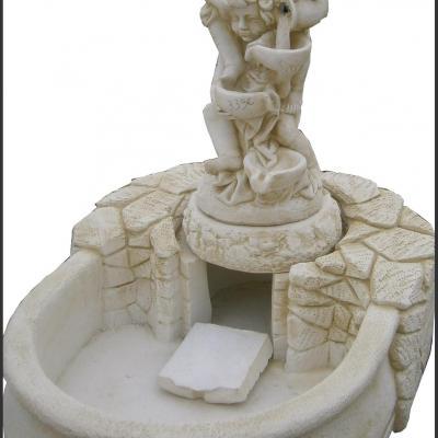 Fontaine en pierre reconstituée avec deux petits enfants