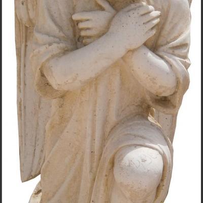 Statue d'une petite fille ange agenouillée