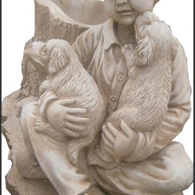 Petit garçon avec ses deux chiens