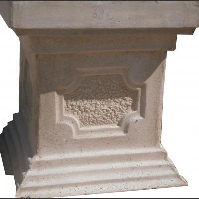 Petit socle en pierre reconstituée