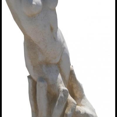 Statue d'une femme en pierre reconstituée