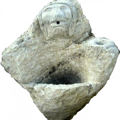 Fontaine en pierre naturelle avec détail tête de lion