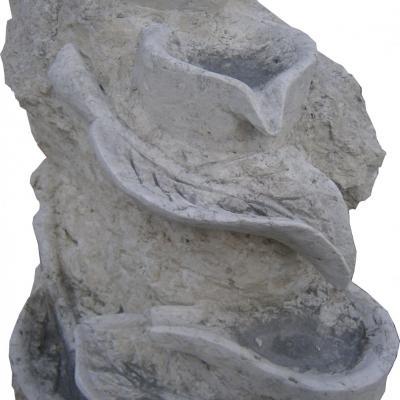 Fontaine en pierre naturelle avec détails vase et feuilles