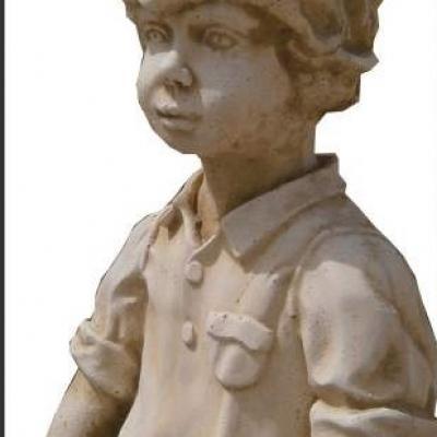 Petit garçon en pierre reconstituée