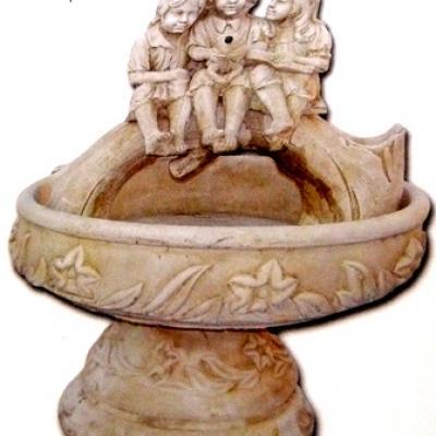Fontaine détails enfants assis sur un tronc