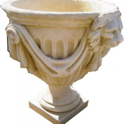 Jolie vase en pierre reconstituée avec tête de lion