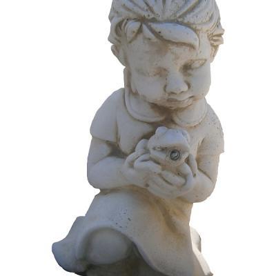 Petite fille avec sa grenouille