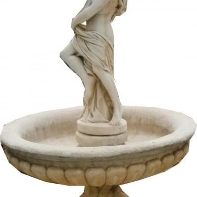 Grande femme fontaine avec sont coquillage