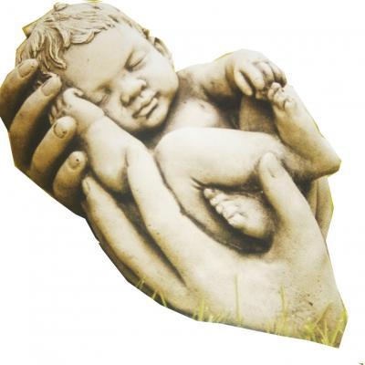 Nouveau née dans les main de sa mère