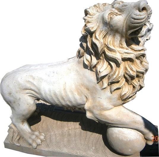 Gros lion sur boule