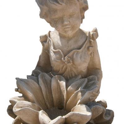 Fontaine en forme de fleur avec une petite fille