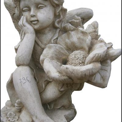 Fontaine en forme de fleur avec sa fée
