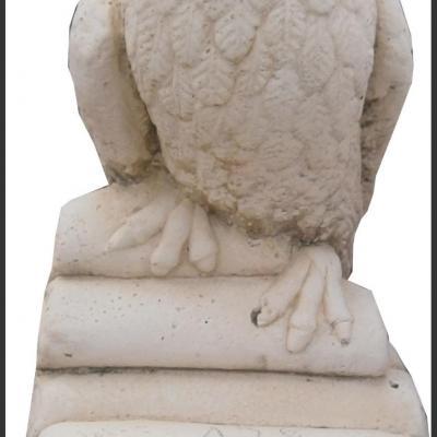 Oiseau perché en pierre reconstituée