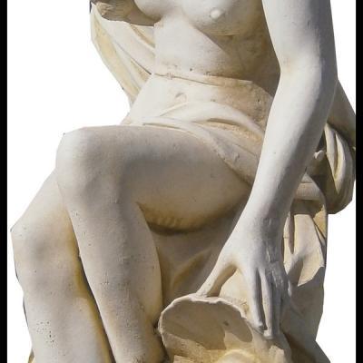 Statue de femme avec coquillages