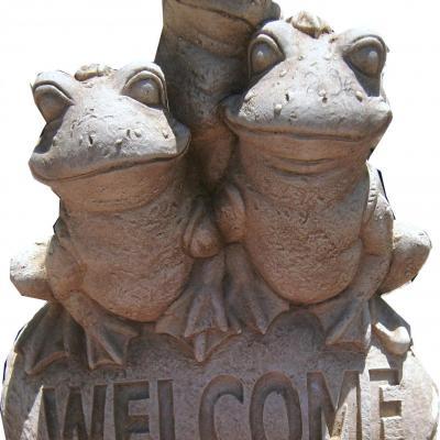 Trois grenouilles en pierre reconstituée