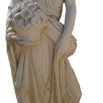 Elegante femme avec son pot de fleurs