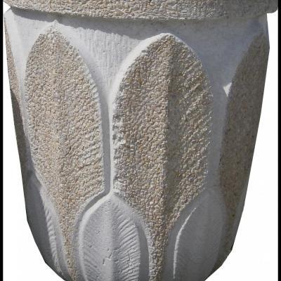 Pot en pierre reconstituée avec motifs de fleurs